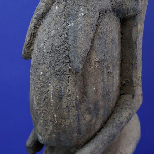 Importante statue féminine aux volumes puissants, la poitrine tombante, le ventr…