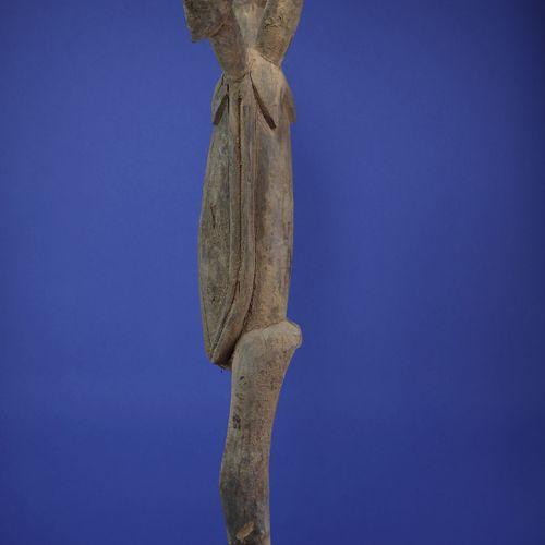Rare et imposante statue figurant un corps tricéphale, les bras collés au buste …