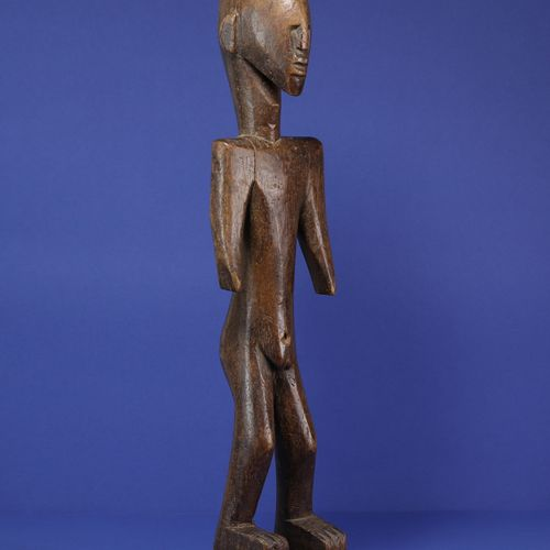 Statue masculine figurant un personnage debout à la silhouette tendue, les épaul…