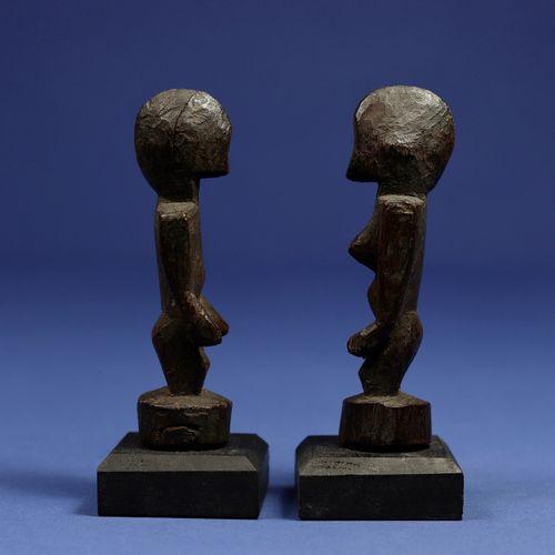 Charmant couple de statuettes de divination aux traits minimalistes. Bois. Senou…
