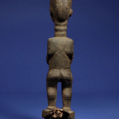 Statue masculine en position debout, entièrement recouverte d'une patine croûteu…