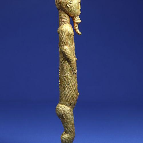 Elégante statuette représentant un personnage masculin debout, les bras courts s…
