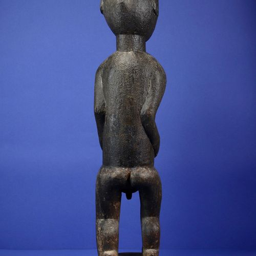 Rare statue masculine de divination du m'bra représentant un personnage masculin…