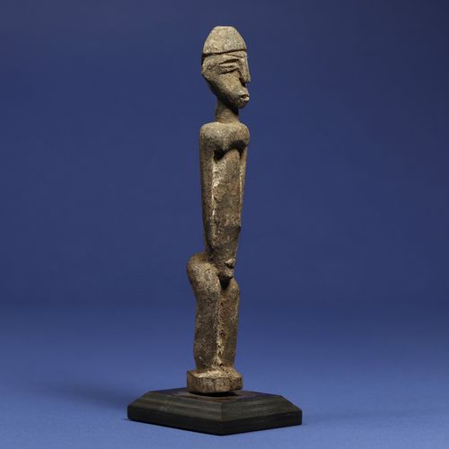 Statuette représentant un personnage debout. Bois à patine croûteuse. Lobi, Burk…
