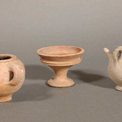 Lot comprenant une coupelle à piédouche, une jarre miniature à deux anses et un …