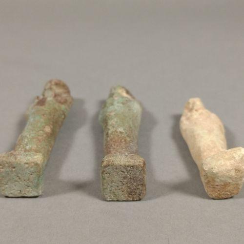 Lot comprenant deux oushebtis portant une inscription hiéroglyphique sur une col…