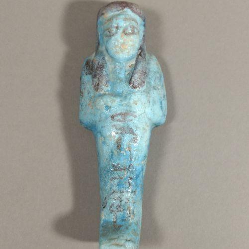 Oushebti coiffé de la longue perruque tripartite et inscrite de hiéroglyphes sur…