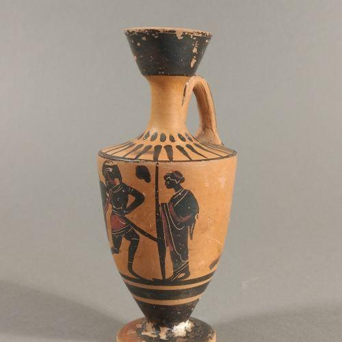 Lécythe à figures noires représentant un hoplite entre deux hommes debout, drapé…
