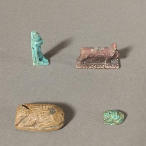 Lot comprenant deux scaraboïdes en forme de tilapia, une amulette en forme de ma…