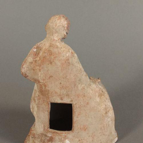 Figurine d enfant assis sur un coffre, un chien venant à lui.  Terre cuite ocre …