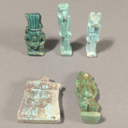 Lot de cinq amulettes comprenant un dieu Bès, un babouin Thot marchant, deux fig…
