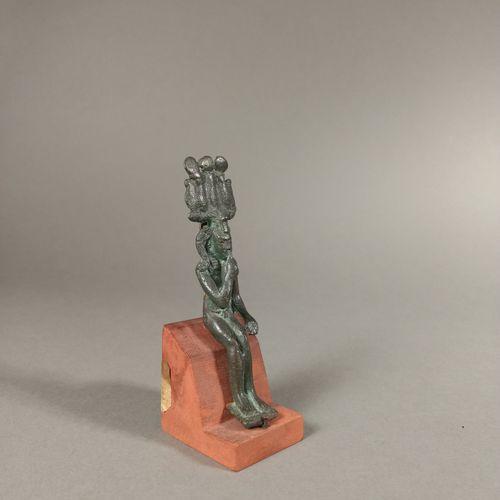 Statuette représentant Harpocrate coiffé de la mèche de l enfance, du némès et d…