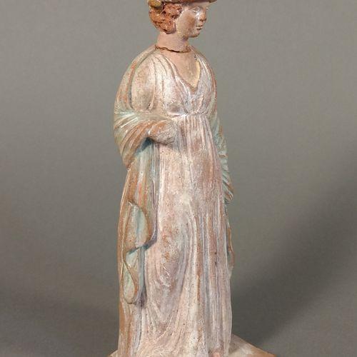 Lot comprenant une statuette péplophore debout et une tête féminine de Vénus.  T…