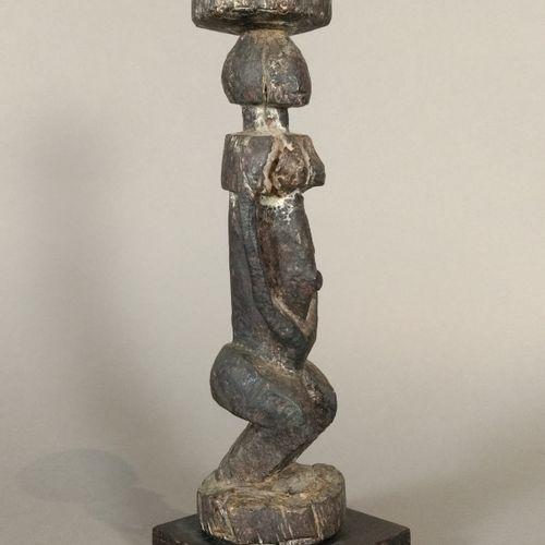 Statuette Dogon, Mali  Bois à patine brun noir, accidents  H. 23 cm    Effigie f…