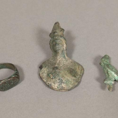 Lot comprenant une bague à chaton ovale, une statuette d Horus au faucon coiffée…