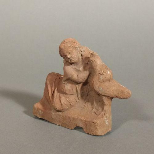 Figurine d enfant accoudé à un coq  Terre cuite ocre. Eclats à la base et fissur…