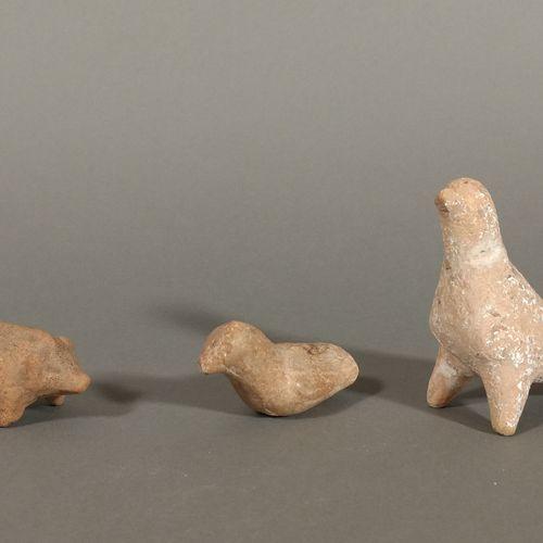 Lot de statuettes zoomorphes (une colombe, un cochon, un oiseau).  Terre cuite b…