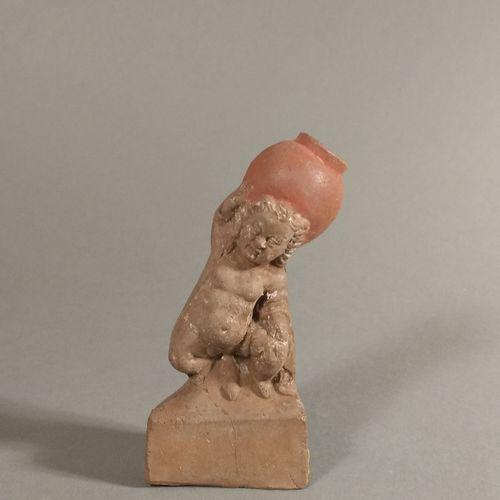 Figurine de nain priapique nu soutenant de la main une jarre.  Terre cuite ocre.…