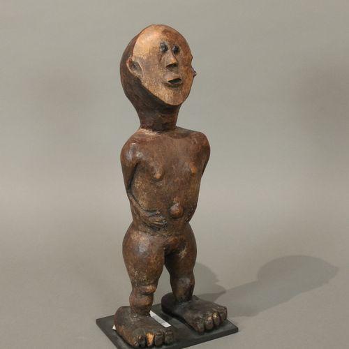 Statue, Afrique de l Est (?)  Bois à patine brune et brun clair  H. 33 cm    Eff…
