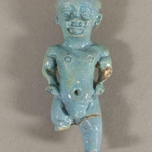 Amulette de Ptah Patèque  Faïence bleue. Eclat au bras gauche. Jambes manquantes…