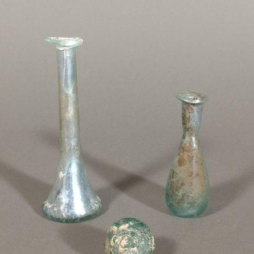 Lot comprenant un vase à panse moulée (col manquant) et deux balsamaires dont un…