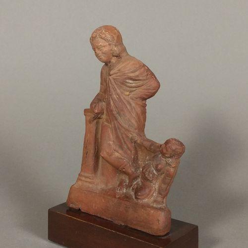 Figurine de jeune homme drapé, accoudé à une colonne.  Il tient une colombe et s…