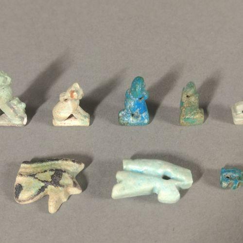Lot d amulettes comprenant deux yeux Oudjat, deux chattes Bastet assises, une co…
