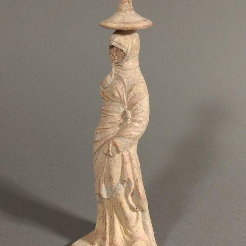 Figurine péplophore emmitouflée dans un manteau et portant un « chapeau chinois …