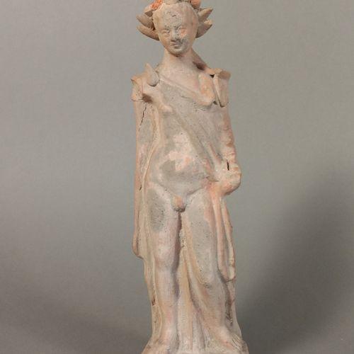 Statuette représentant un éphèbe nu, simplement vêtu d une cape. Il est légèreme…