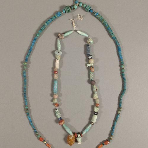 Lot de deux colliers composés de perles.  Faïence bleu turquoise, en cornaline e…