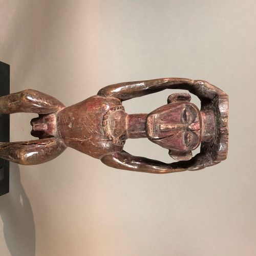 Statue, Sud Népal  Bois à patine brune, pigments rouges, accidents  H. 36,5 cm  …