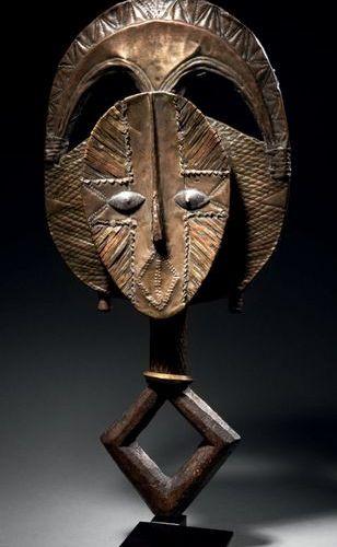 Figure de reliquaire mbulu ngulu Kota Obamba, Gabon Bois dur à patine brune, lai…