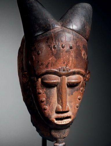 Masque kpwan Baoulé, Côte d'Ivoire Bois à patine brune, pigments rouges et noirs…