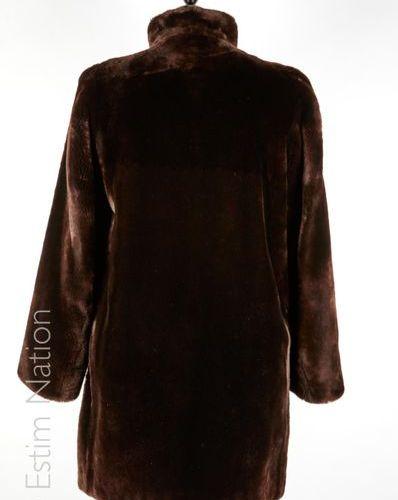 REVILLON BOUTIQUE VINTAGE MANTEAU en mouton doré chocolat, deux poches (env T S)…