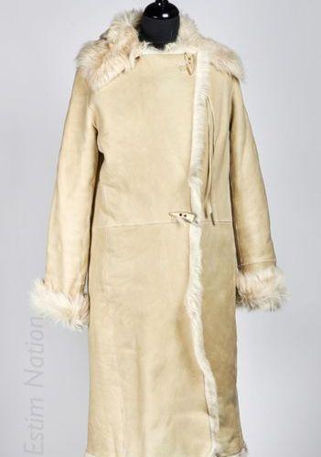 PLEIN SUD MANTEAU en agneau lainé retourné beige, col cranté, fermoir avec bouto…
