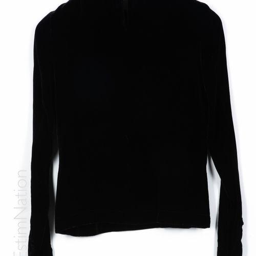 GUY LAROCHE BOUTIQUE COUTURE TOP in black silk velvet, neckline and buttonholes …