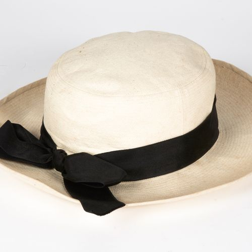 CHANEL CIRCA 1985/88 CHAPEAU with woven ecru cotton edging and black satin bow (…