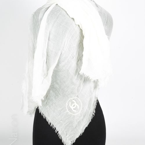 CHANEL (VIP) STOLE in white fringed modal embroidered with the logo (90 x 140 cm…