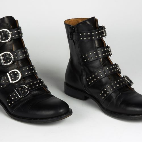 GALLUCCI PAIR OF BOOTS in black leather and studded straps (P 36) (small patina …