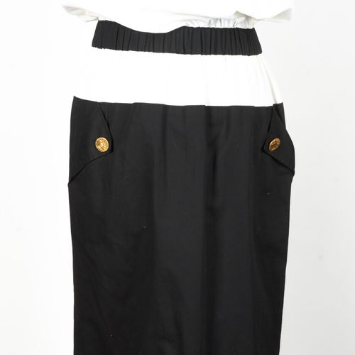 CHANEL Boutique circa 1984 Dress in ecru cotton, neckline and skirt in black cot…