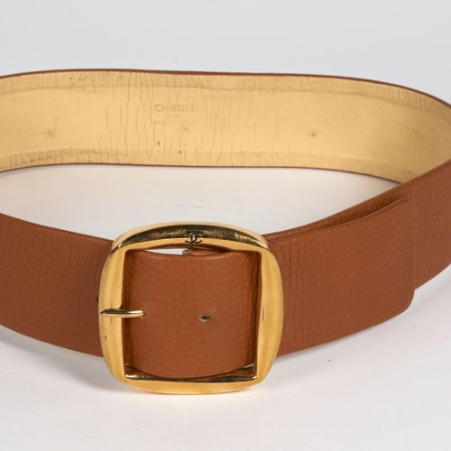 CHANEL Vintage LARGE BELT in grained gold leather, golden metal buckle (length 8…