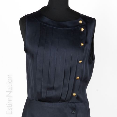 CHANEL boutique Top in midnight blue silk satin, pleated bib, camellias buttonin…