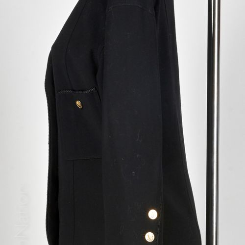 CHANEL BOUTIQUE CIRCA 1987 Jacket in black wool crepe with trimmings, asymmetric…