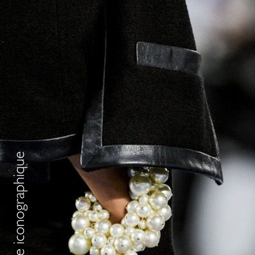 CHANEL (COLLECTION PRINTEMPS ÉTÉ 2013) BRACELET made up of a metal chain lightly…