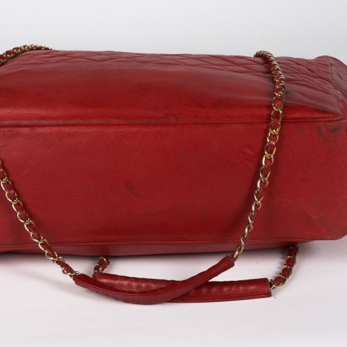 """CHANEL circa 1980 CABAS """"TOTE"""" in red quilted lambskin, interlaced leather chain…"""
