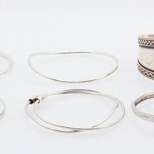 BIJOUX ARGENT Set of nineteen silver bracelets (925/°°°), one of which has a cla…