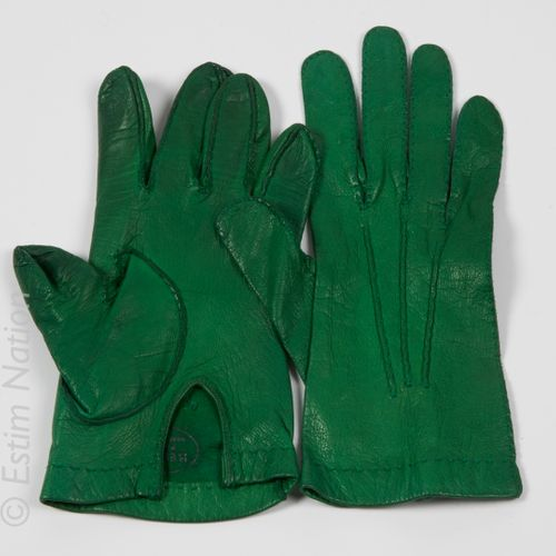 HERMES Paris Vintage Pair of short green kid gloves (T 6 1/2) (deformations and …