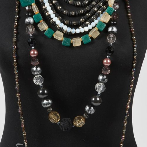 ANONYME SET OF SIX NECKLACES AND SAUTOIRS made of pearls and various hard stones…