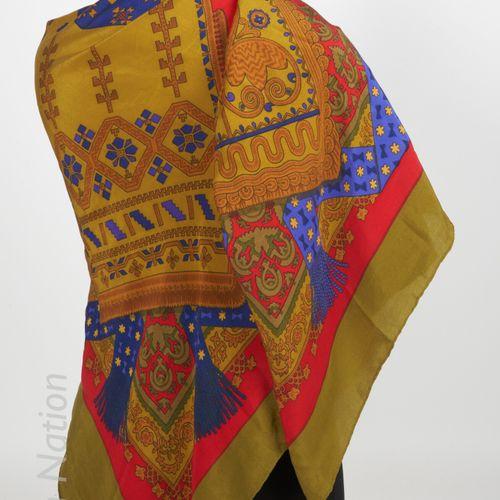 """HERMES PAR J.ABADIE ETOLE titled """"Brins d'or"""" in printed silk (140 X 140 cm) (st…"""