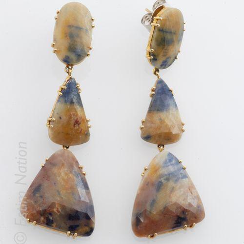PENDANTS D'OREILLE VERMEIL Pair of earrings in vermeil (925 thousandths) decorat…